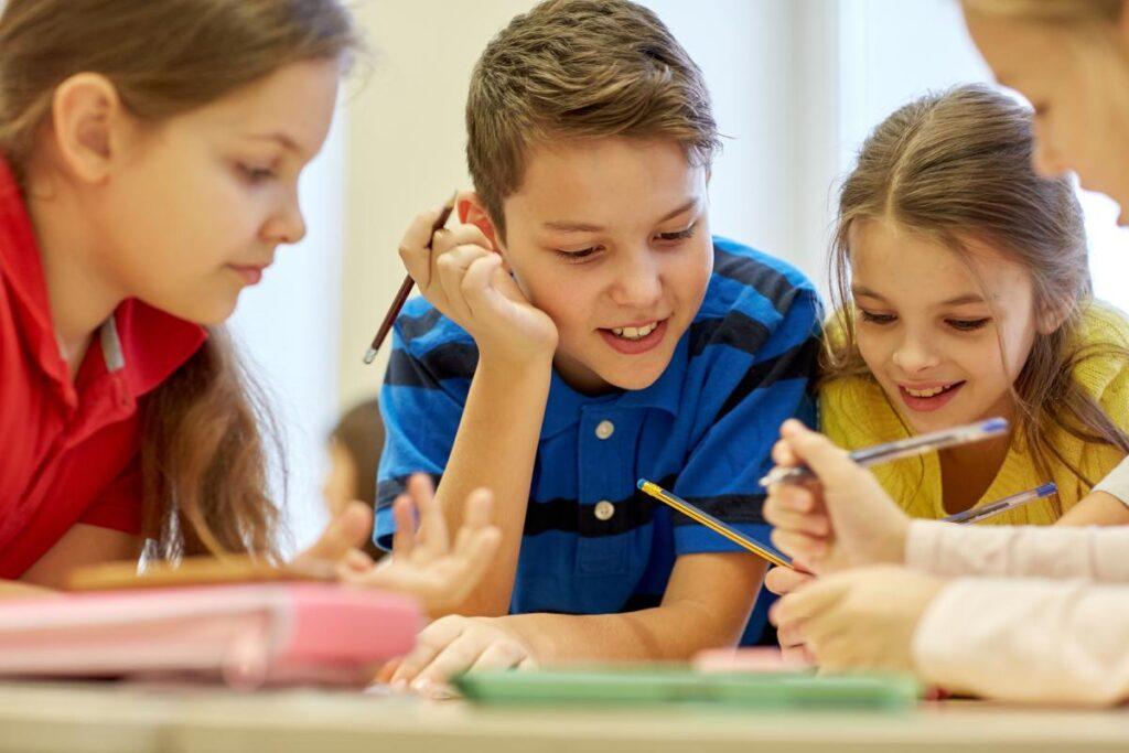 dzieci pochłonięte nauką