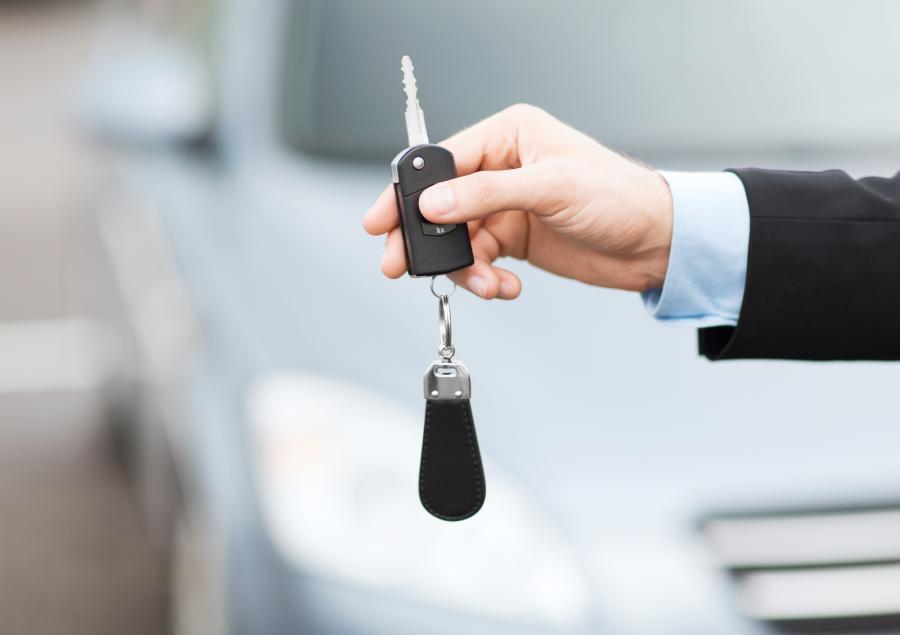 kluczyk samochodowy w ręku faceta